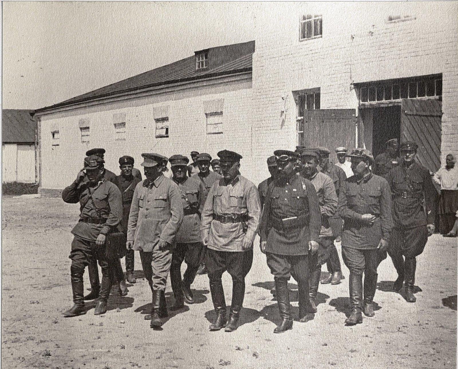 66. И.В. Сталин, К.Е. Ворошилов, С.М. Буденный с сотрудниками охраны во время посещения воинской части