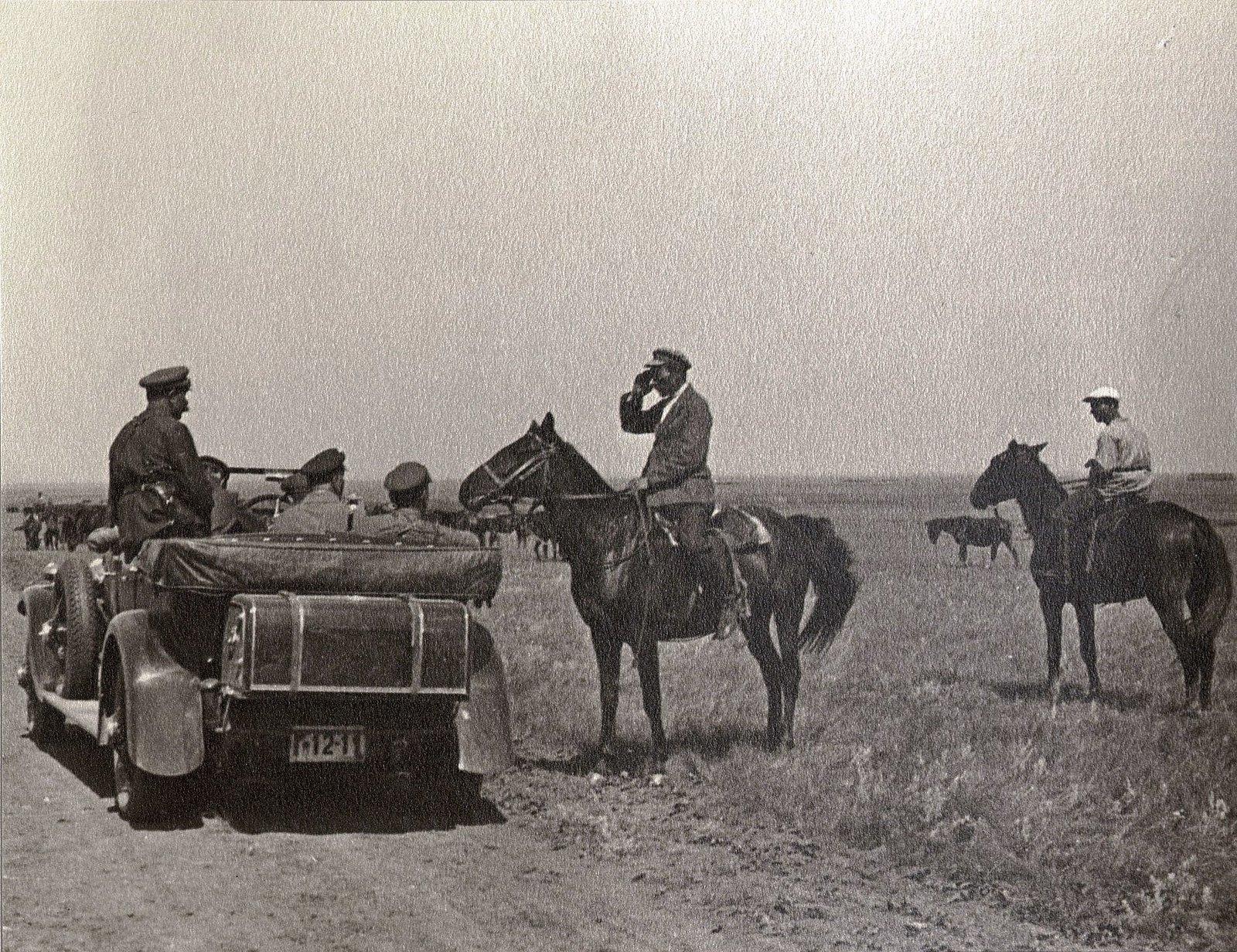 60. И.В. Сталин, К.Е. Ворошилов, С.М. Буденный во время посещения конного завода