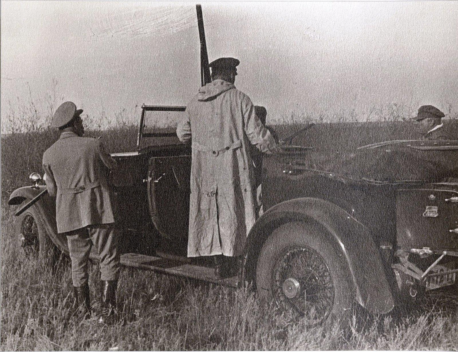 51. На охоту. И.В. Сталин, С.М. Буденный, Н.С. Власик. Август 1933