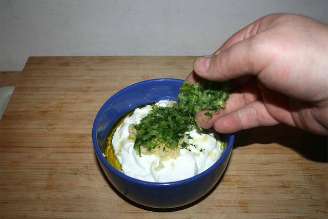 30 - Gurkenraspeln in Schüssel geben / Add grated cucumber