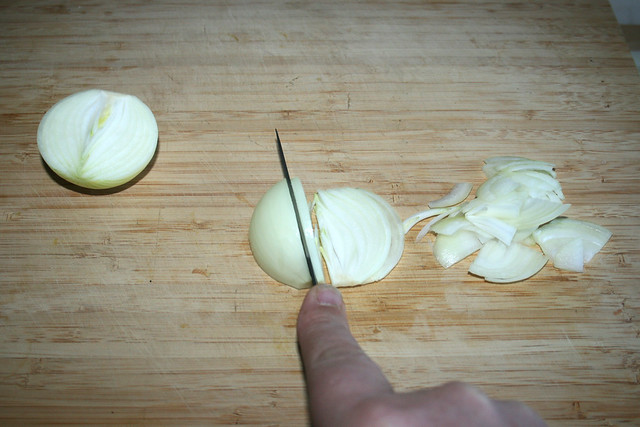 01 - Zwiebel in Spalten schneiden / Cut onion into cleaves