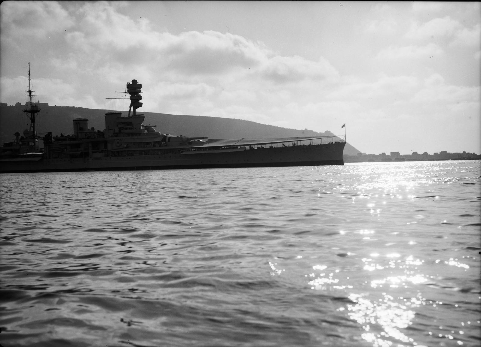 Результат правительственных мер после террористических актов. HMS Repulse с Хайфой на заднем плане