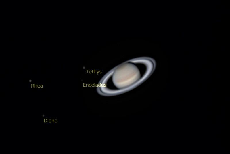 土星と衛星 (キャプション付き) (2018/4/29 01:40) (撮影:けむけむ、画像処理:なんば)