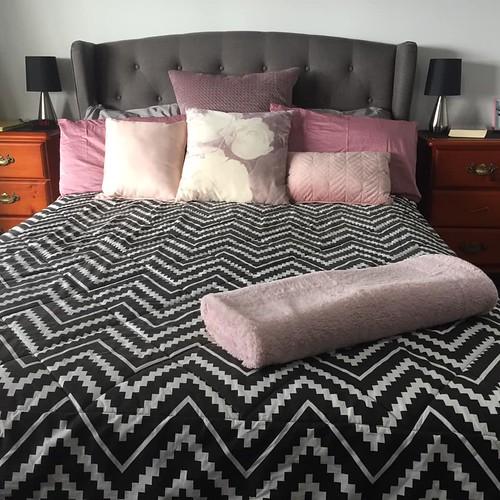 nossa cama no dia de lençóis limpos