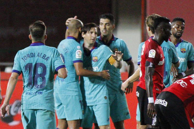 Lionel Messi(左3)進球後與隊友慶祝。(達志影像)