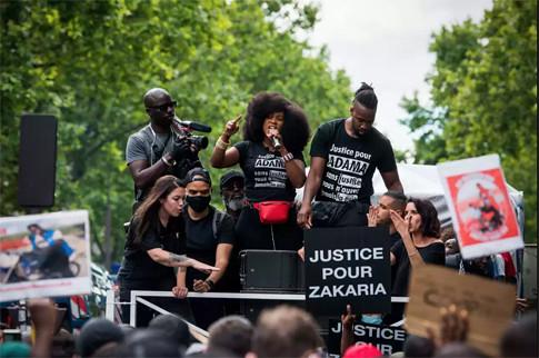 20f14 Assa Traoré la soeur de Adama Traoré sur la place de la République le 13 juin à Paris BENJAMIN GIRETTE POUR LE MONDE