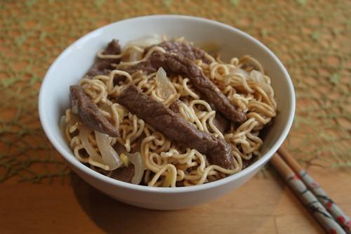 Rindfleisch mit Zwiebeln und Mie-Nudeln (mein erstes Schüsselchen)