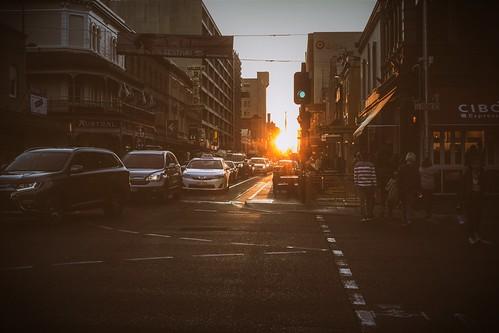grenfell street adelaide australia australian south sunset tramonto urban music mood sentimento atmosfera atmosphere auto cars via strada semaforo traffic light persone people edifici build angelopetrozza hd35mmmacrolimited pentax pentaxk70