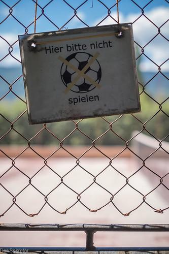 Es ist schliesslich ein Tennisplatz --- After all, it is a tennis court