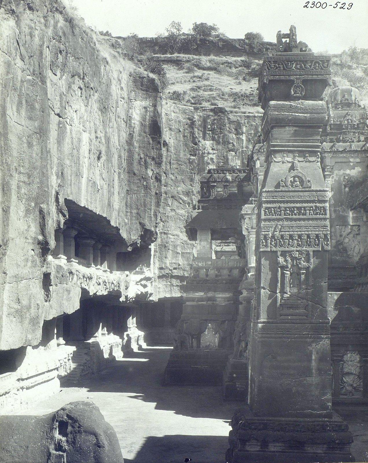 Храм Кайласа в Эллоре (двор)3