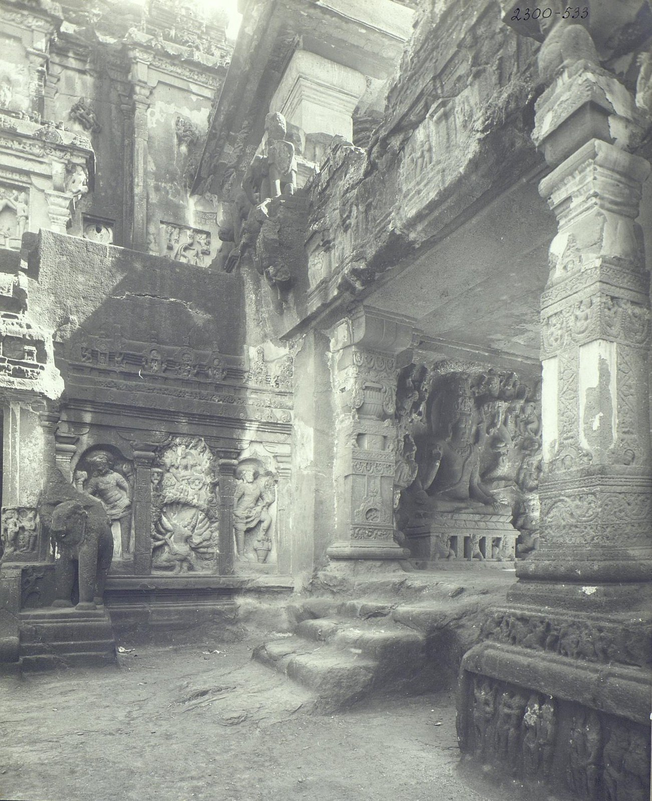 Храм Кайласа в Эллоре (двор)