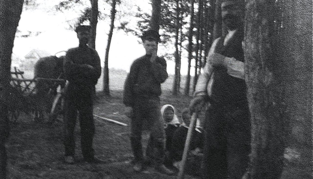 Погребение беженца в лесу