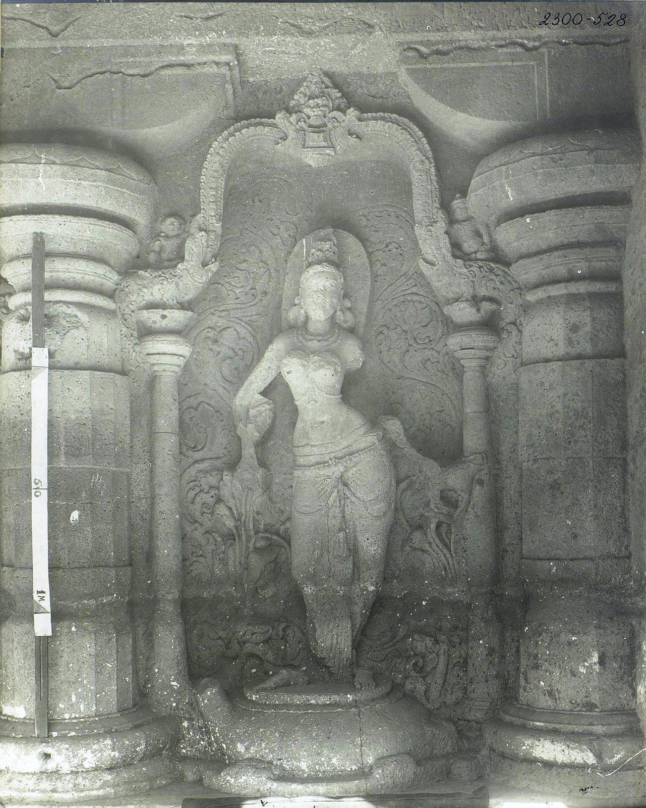 Храм Кайласа в Эллоре (двор)2