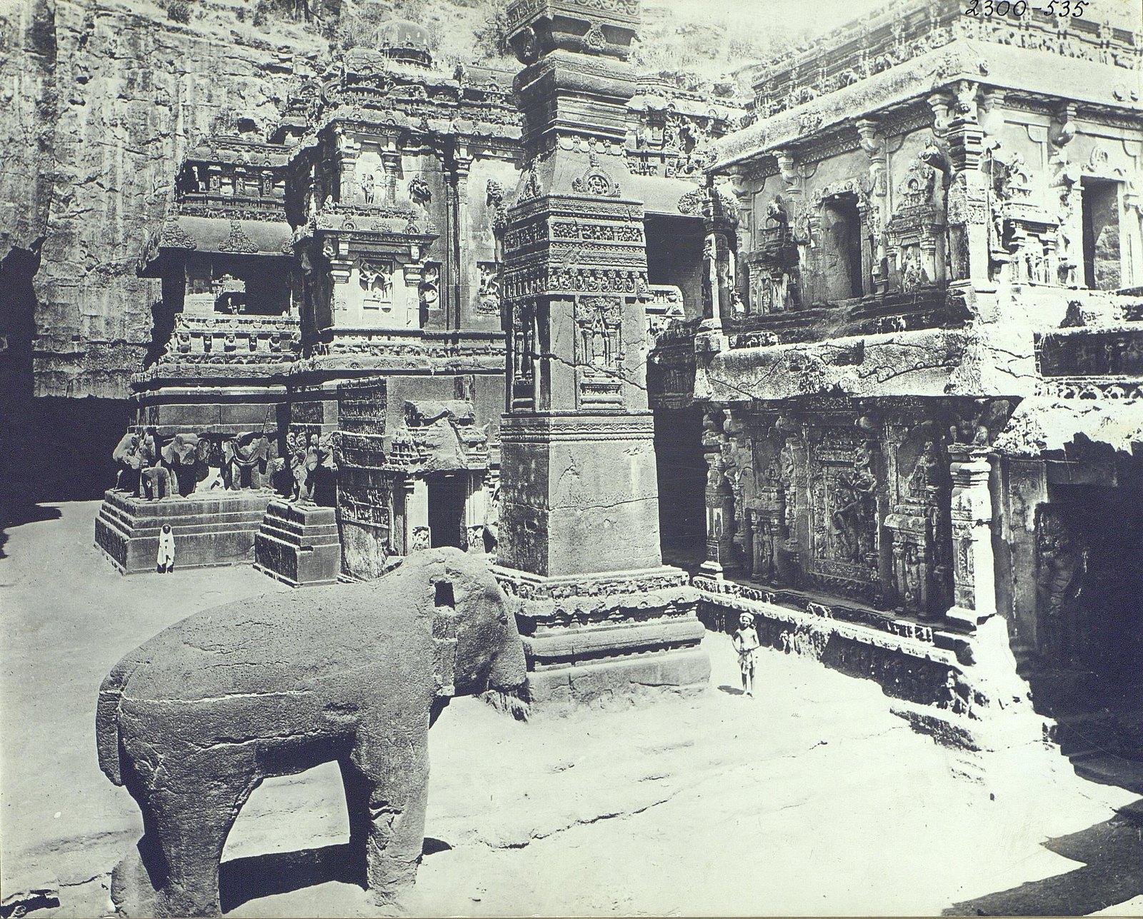 Храм Кайласа в Эллоре (двор) (4)