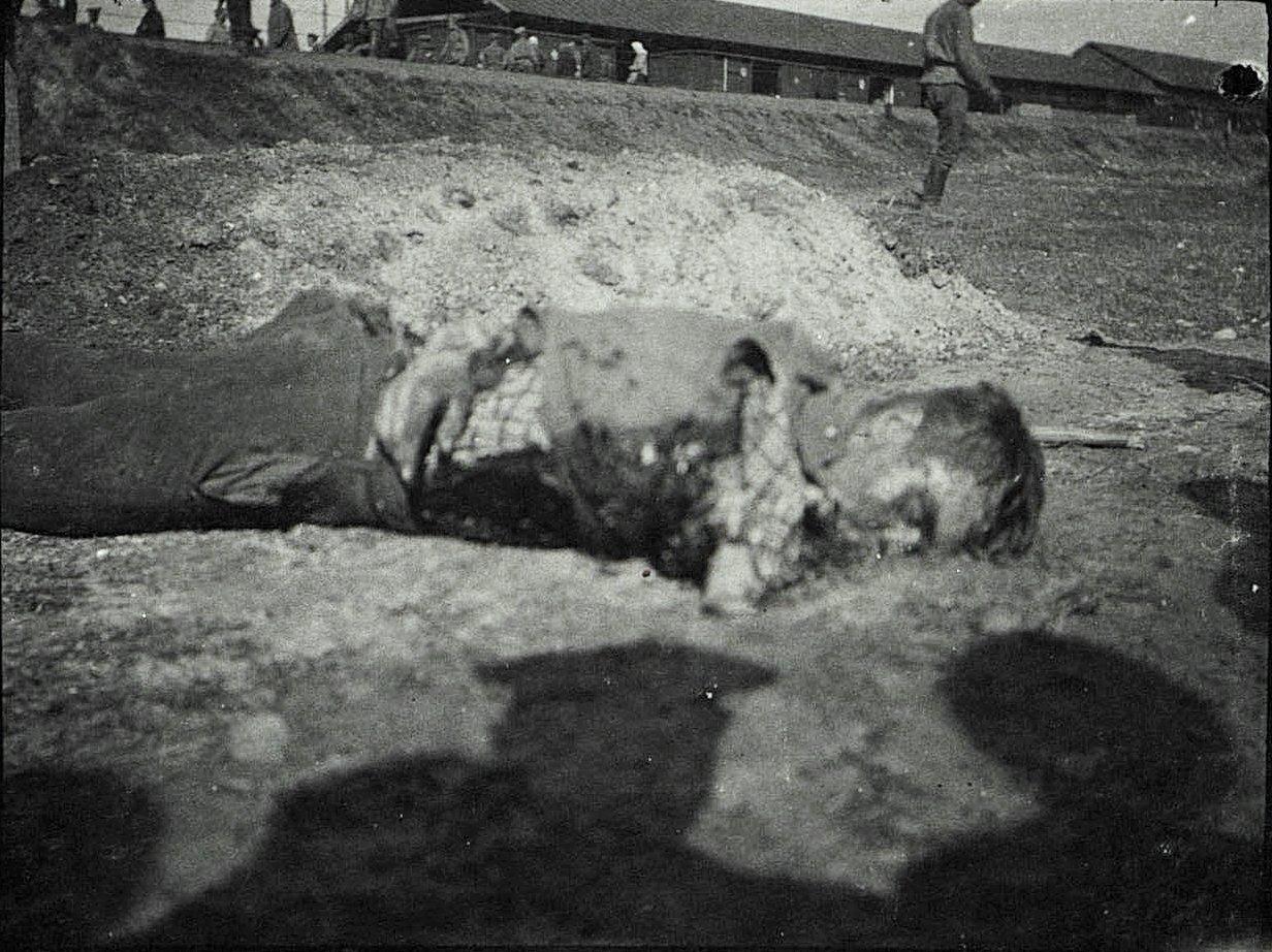 Погибший от немецкой бомбы беженец