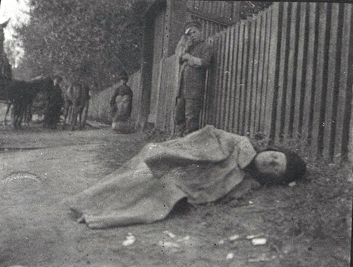 Брошенная сирота у ворот холерного барака в Кайданове.