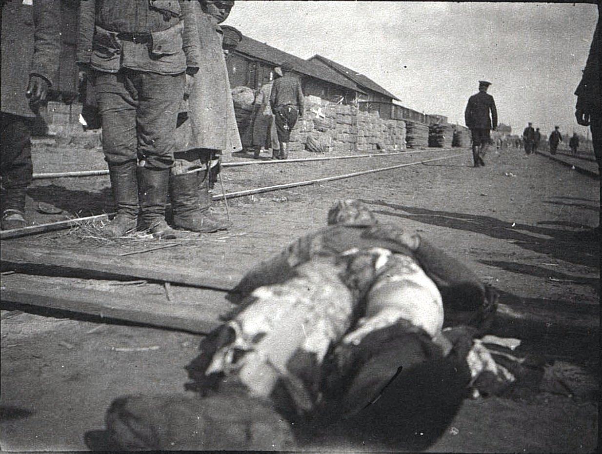 Погибший от немецкой бомбы солдат