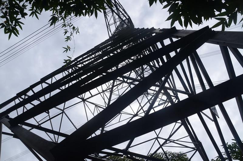 東坑山南峰山徑上高壓輸電塔