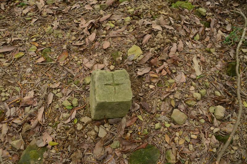 東坑下山自然石界樁(Elev. 444 m)