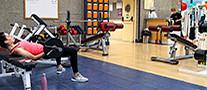 Una mujer se ejercita en el fitness