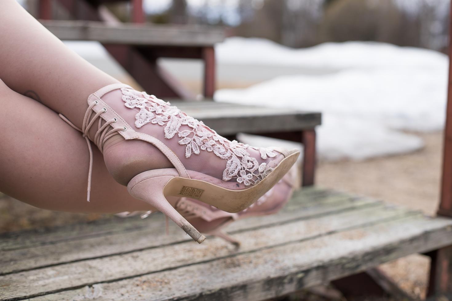 Vaaleanpunaiset-pitsikengat-nly-shoes