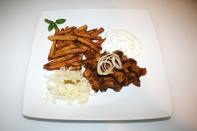 Turkey gyros with tzatziki, french fries & cole slaw - Leftovers - Served / Putengyros mit Tzatziki, Krautsalat & Pommes Frites - Reste - Serviert