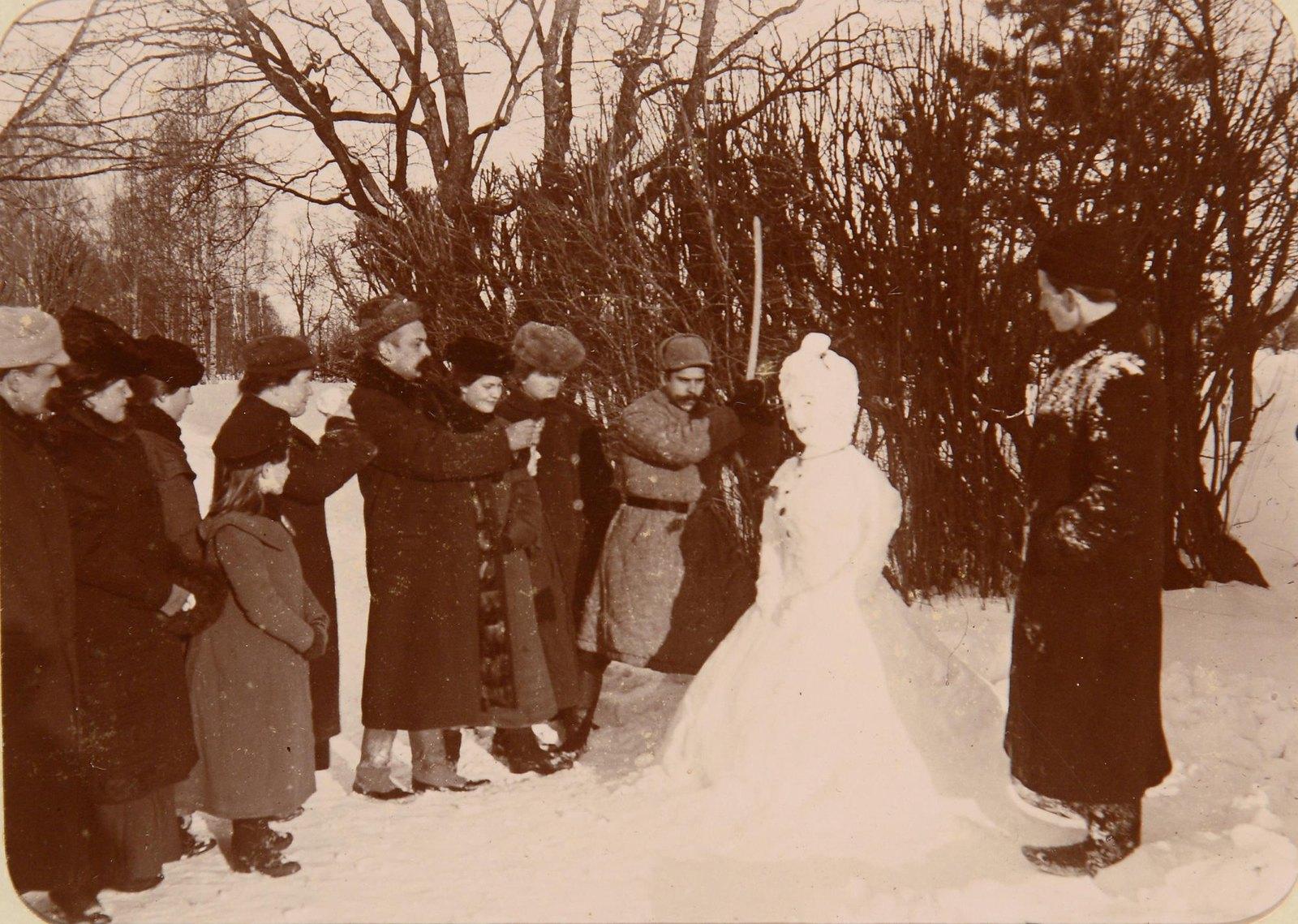 Лепят снежную бабу