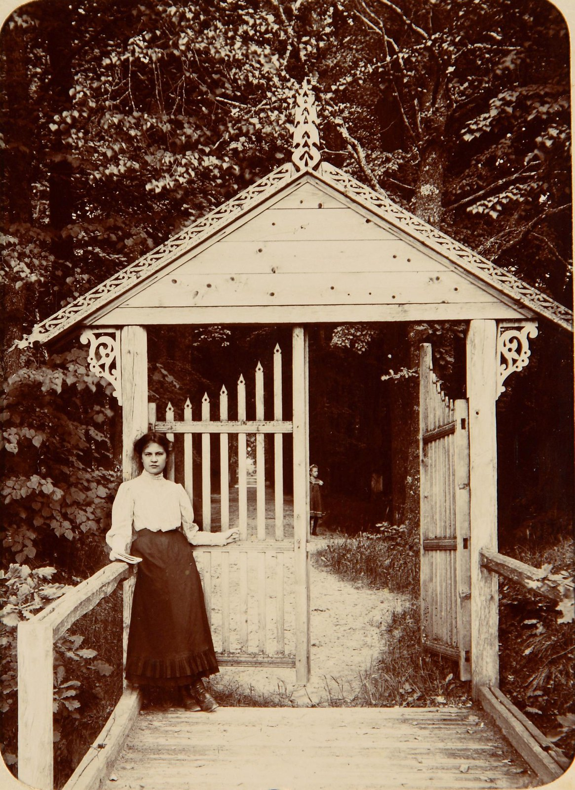 Женщина около резных деревянных ворот