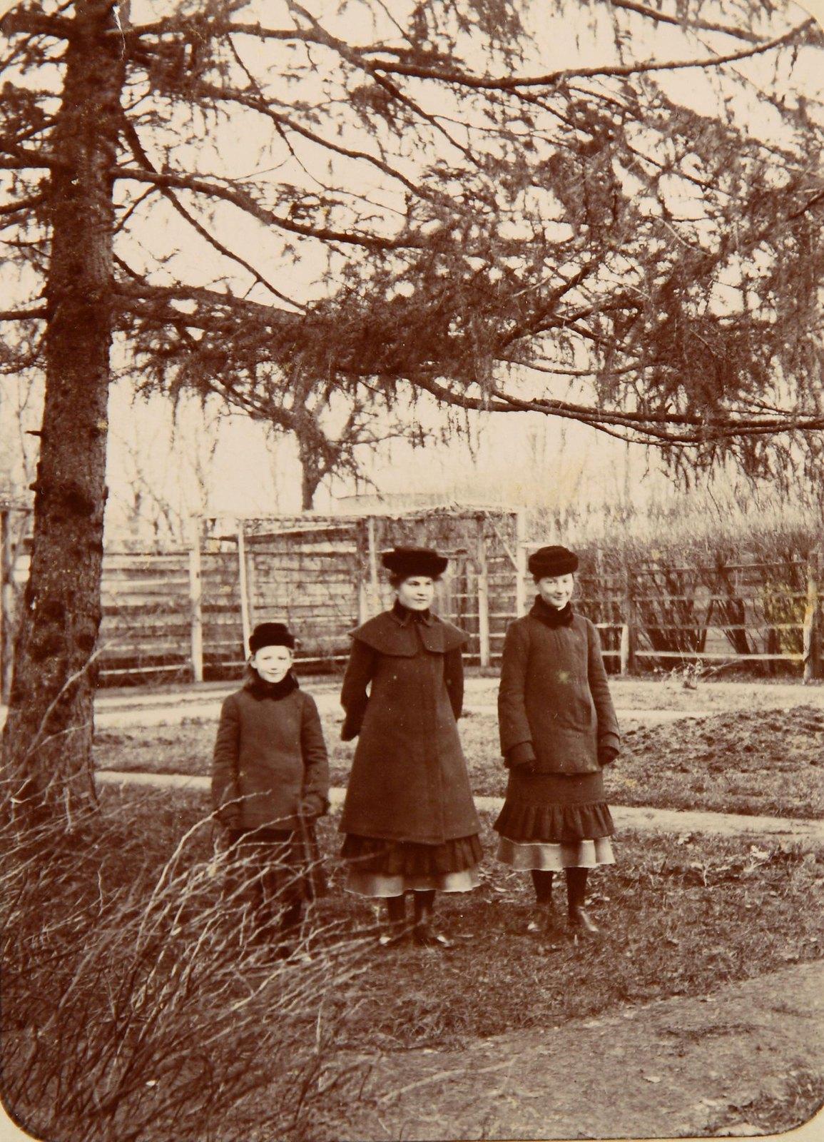 Две женщины с девочкой в парке