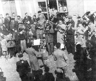 Concert de la fanfare sur la place de la mairie d'Orgelet