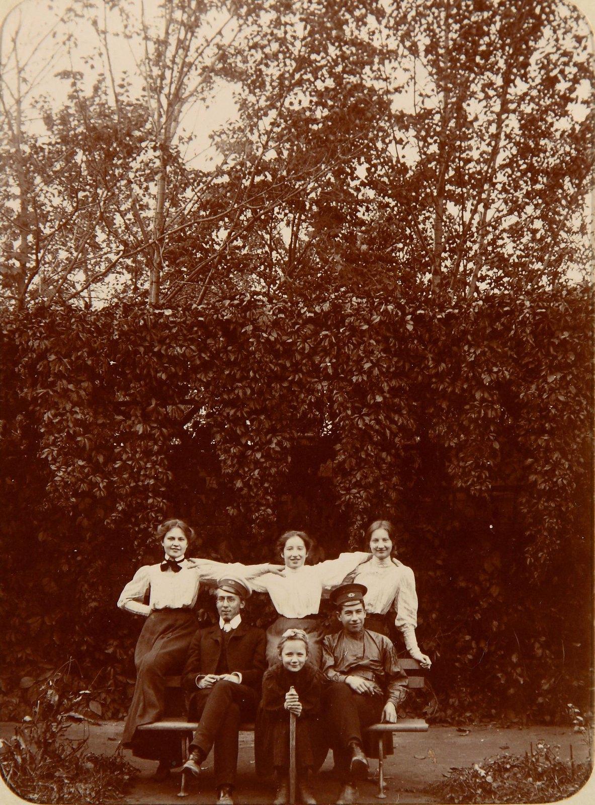 Групповой снимок на скамейке в парке1