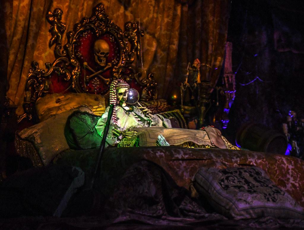 Pirate skeleton bed PotC DL
