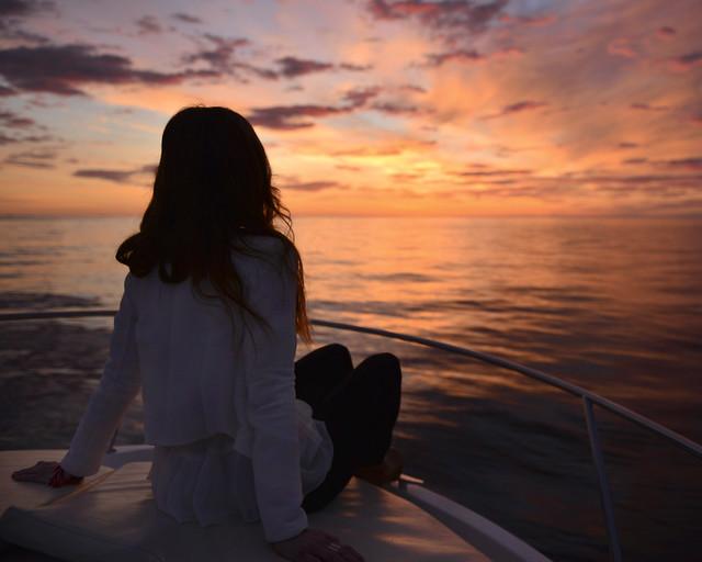 Viendo el sol desde el mar en barco por Cabo de Gata
