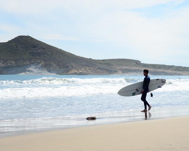 Surf en la playa de Los Genoveses