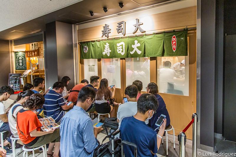 Gente haciendo cola en Sushi Dai