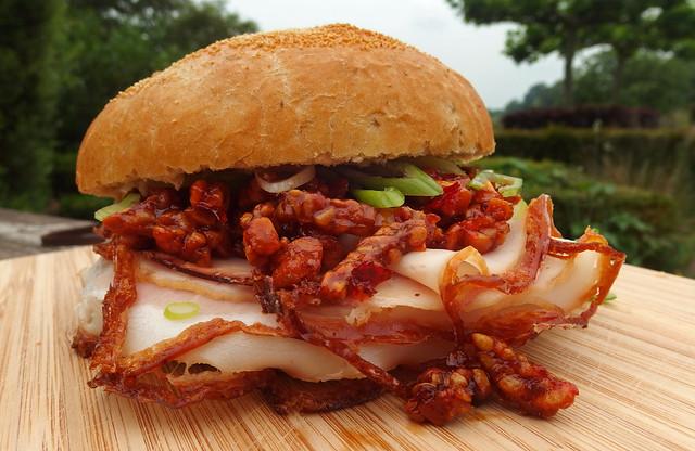 Broodje geroosterd varkensvlees metTempeh Kering