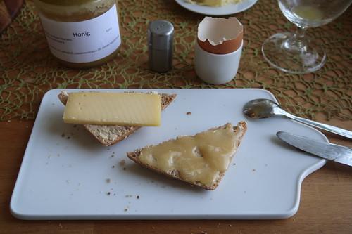 Gouda Waddenmax und Honig auf Dinkel-Vollkorn-Weckerl