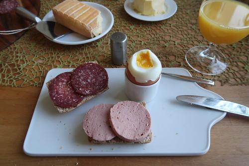 Rinderfleischwurst und Rindersalami auf Hafer-Vollkorn-Weckerl zum Frühstücksei