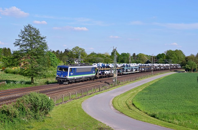 PRESS 155 213 (ex DB), vermietet an IntEgro (155 048), mit Autotransportzug in Richtung Bremen (Langwedel, 17.05.17).