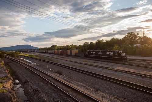 norfolksouthern train railroad rr freight manifest debuttsyard chattanoogaterminal chattanoogatennessee alabamadivision yardjob emd gp402 slugset sunset