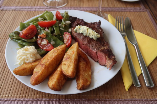 Meine Hälfte des gegrillten Rindernackensteaks mit Salbeibutter zu frittierten Kartoffelecken und Bohnen-Tomaten-Salat