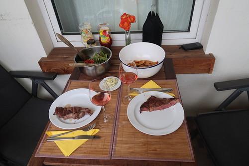 Tischbild beim Grillen und Frittieren auf unserem Balkon