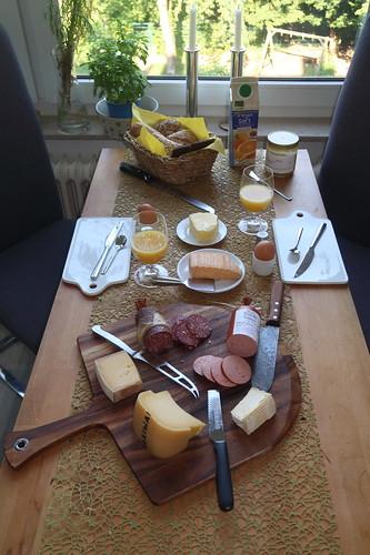 Frühstück am Samstagmorgen (Tischbild)
