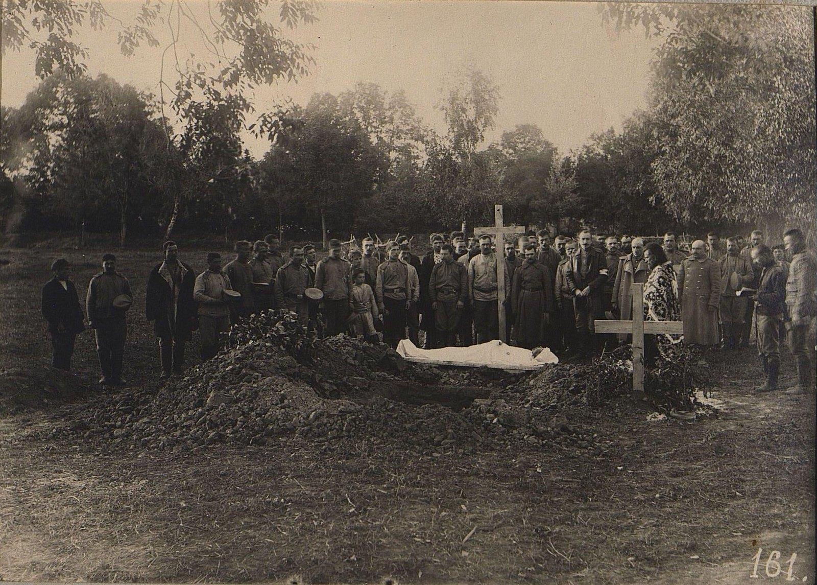 17. Погребение военного, умершего от огнестрельных ран, в деревне Маряновке. 1915