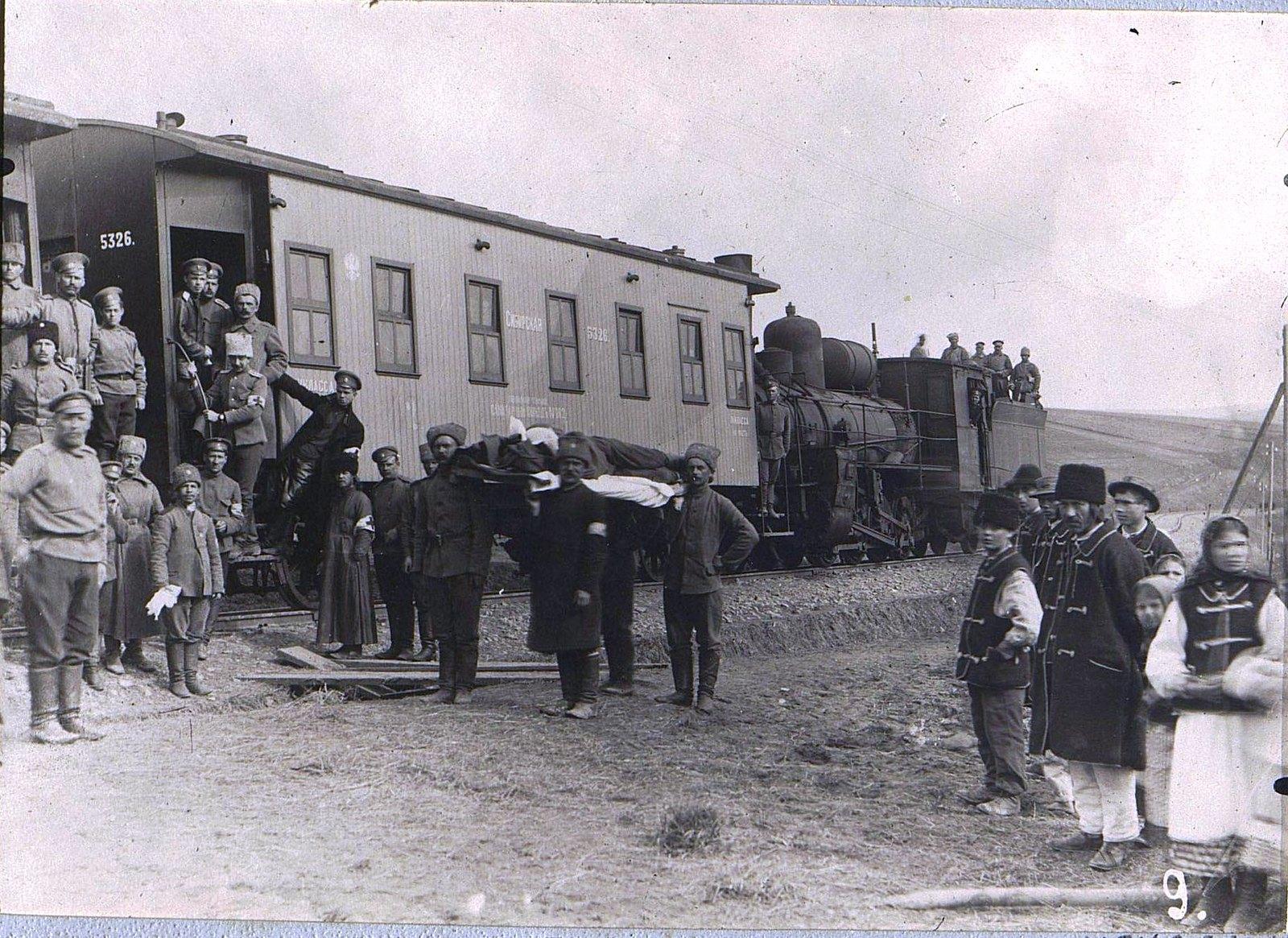 12. Эвакуация больных санитарным поездом. 1915
