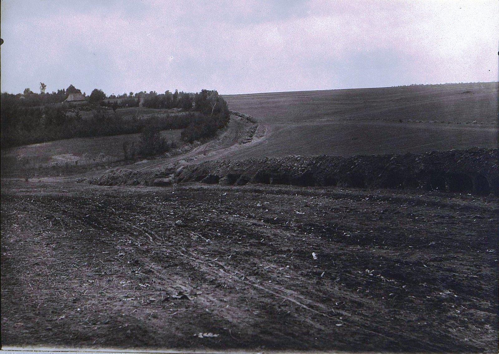 04. Австрийские окопы по краю дороги у деревни Марьяновки. Август 1915