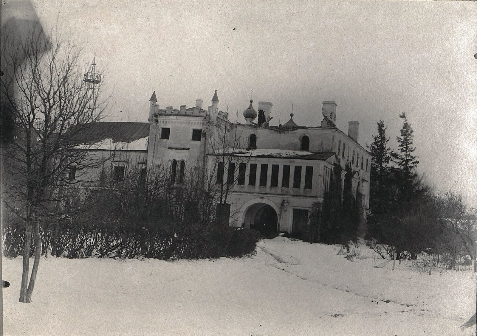 03. Замок, разрушенный неприятельской артиллерией в деревне С. Алексинец. Октябрь 1915