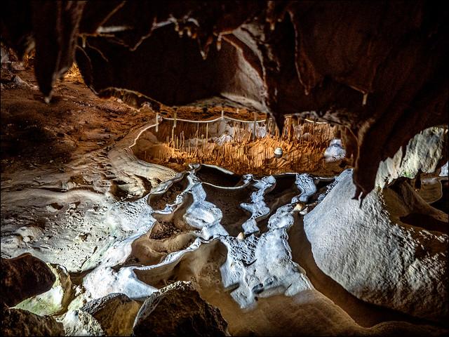 Dans la grotte  /  In the cavern