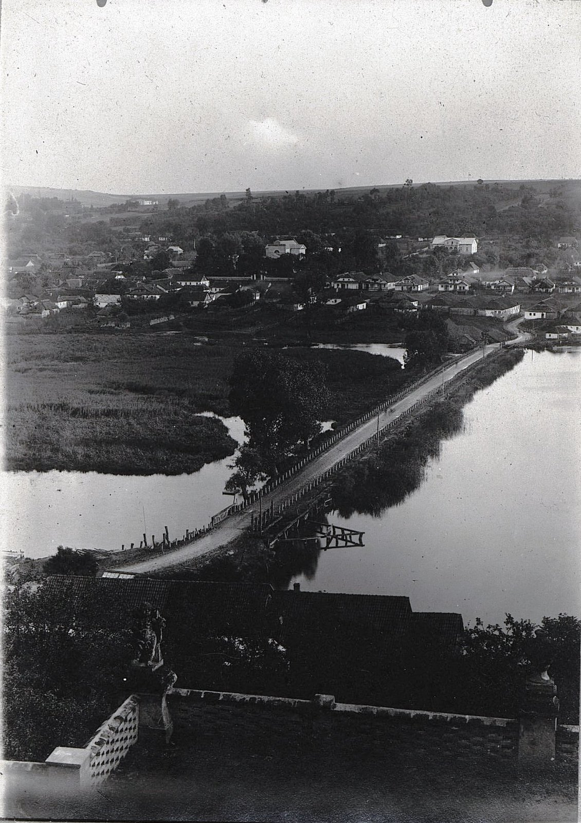 07. Вид из окна замка графа Демидова на Ст. Вишневец. 1915