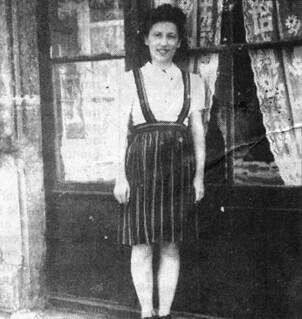 Andrée Buffard devant le salon de coiffure de son père, dont elle prendra la succession